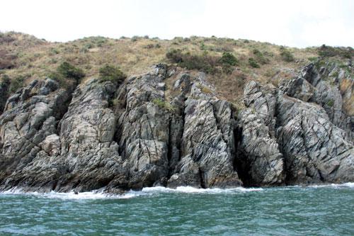 Phía bắc Đảo Yến là những vách đá sắc nhọn