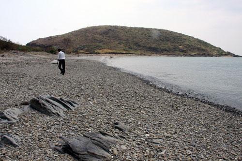 Bãi sỏi dọc phía bắc Đảo Yến