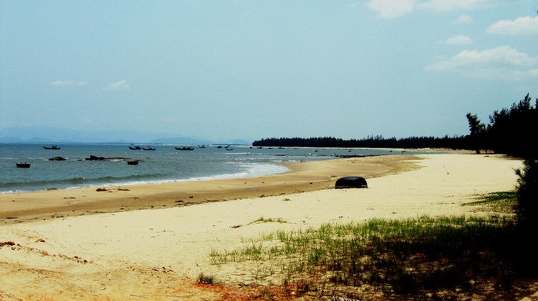 Bãi biển Vũng Chùa hoang sơ với bãi cát trắng trải dài