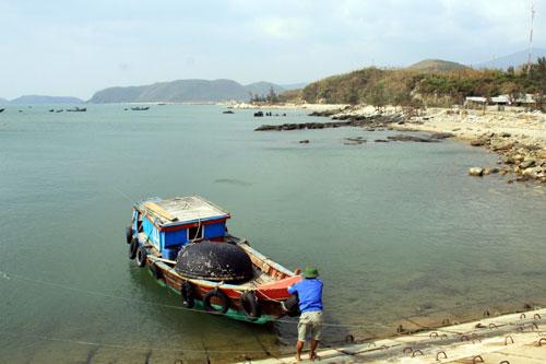 Khu vực biển Vũng Chùa kín gió , ngọn sóng nhẹ nhàng như vỗ về bờ cát