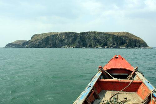 Từ Vũng Chùa ra Đảo Yến chỉ mất hơn 20 phút đi thuyền