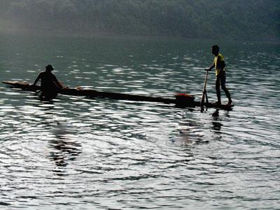 Du ngoạn trên hồ với thuyền độc mộc