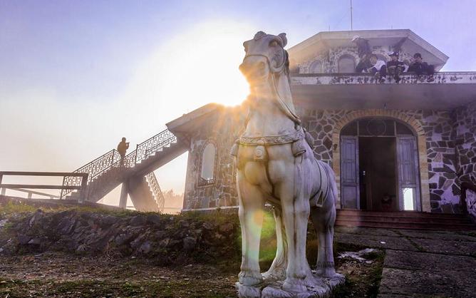 Hải Vọng Đài trên đỉnh Bạch Mã.