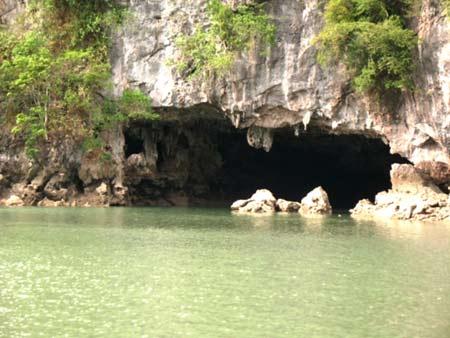 các hang động khổng lồ trong lòng núi đá vôi