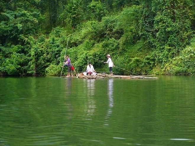 Du khách có thể cùng người dân bắt cá trên sông