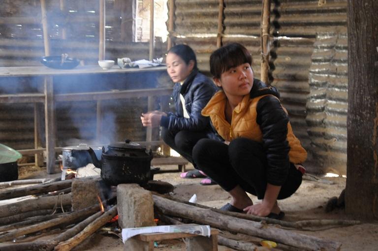 Các cô giáo bản Cò Phạt đang làm bữa cơm đãi khách