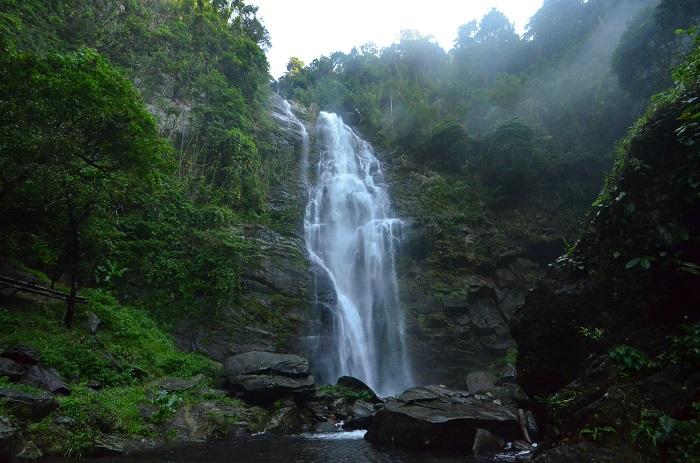 Nhìn xa, thác Khe Kèm như dải lụa trắng trên nền xanh thắm của Vườn quốc gia Pù Mát