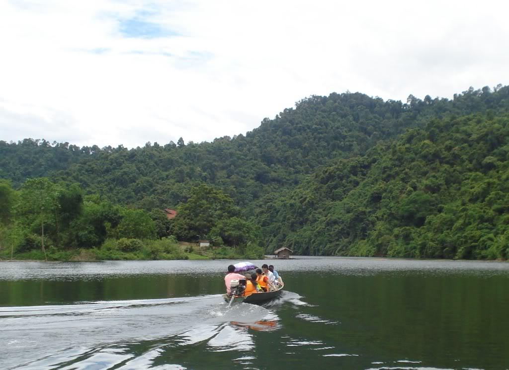 Du khách đi thuyền trên sông Giăng