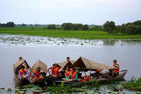 Người dân tham gia làm hướng dẫn viên, chèo thuyền trong mô hình phát triển du lịch sinh thái tại Tràm Chim       Ảnh: N.V.Hùng, H.Nghị