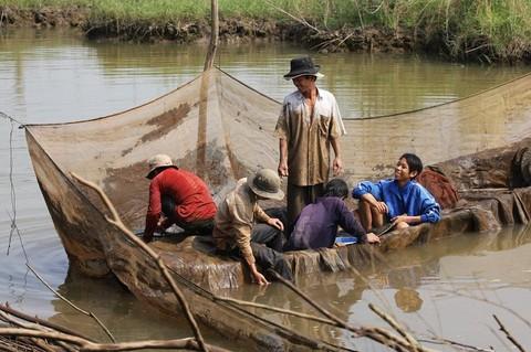 Trong mùa nước nổi, người dân được đánh bắt cá tại 900ha – khu vực cho phép khai thác tài nguyên thiên nhiên, mới được mở rộng tại Vườn Quốc Gia Tràm Chim.     Ảnh: N.V.Hùng, H.Nghị