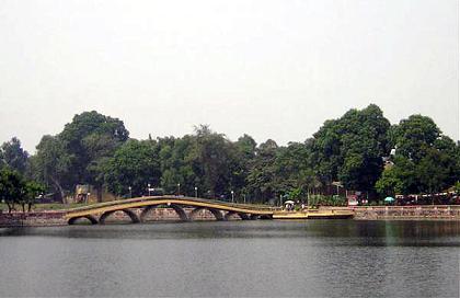 Cây cầu trong công viên