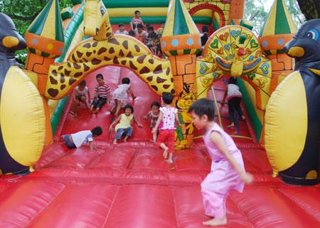 Nhà phao ở vườn thú Hà Nội cũng là điểm dừng chân thú vị của các em bé.
