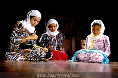 Thêu thùa, khâu vá là sở trường của các cô gái Chăm