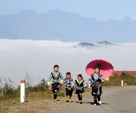 Những em bé dân tộc xinh xắn trong bộ đồ truyền thống