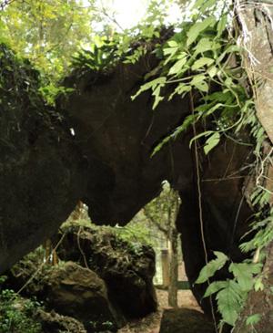 Cửa hang được tạo thành bởi các khối đá dựa vào nhau