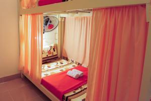 Giường trong Phòng ngủ Tập thể cho cả Nam và Nữ 18 Giường với Quạt máy