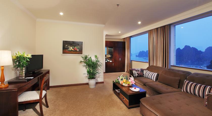 Khách sạn ở Hạ Long thường hướng ra biển rất đẹp.