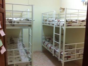 Giường trong phòng ngủ tập thể nam có 4 giường