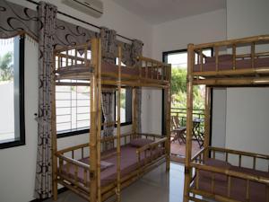 Giường đơn trong phòng ngủ tập thể cả nam và nữ 6 giường