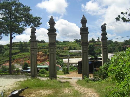 Cổng trước đường đi lên lăng