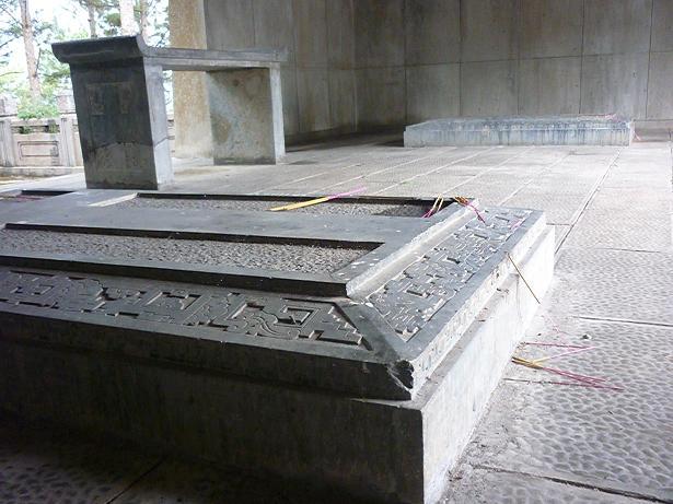 Hai ngôi mộ trong lăng