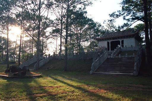 Lăng Nguyễn Hữu Hào là nơi chôn cất và thờ ông Nguyễn Hữu Hào - thân phụ của Nam Phương Hoàng Hậu