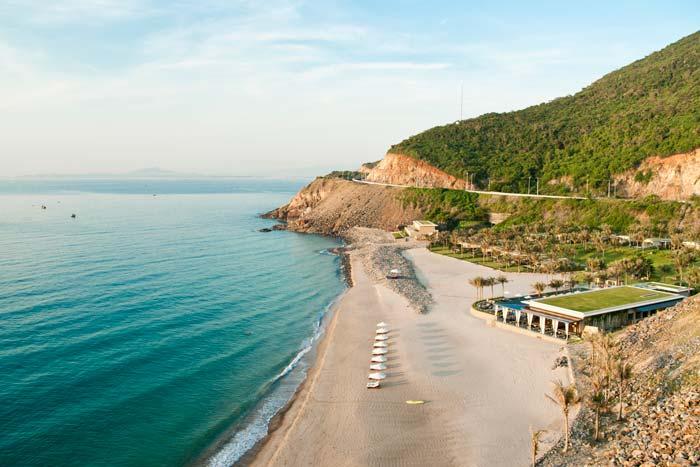 Bãi Dài với bãi cát dài mịn màng - một điêm du lịch mới nhưng thu hút đông du khách