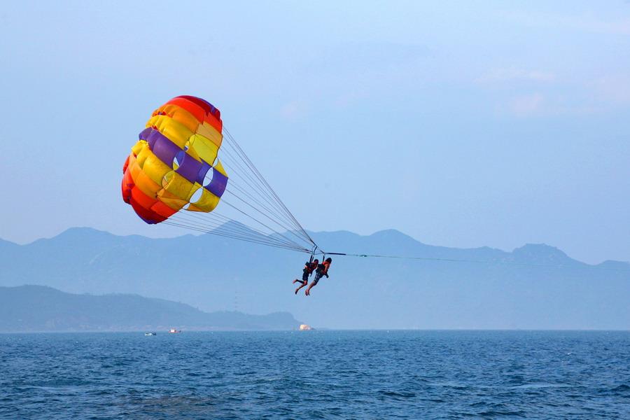 Kéo dù là môn thể thao mạo hiểm hấp dẫn nhất trên biển