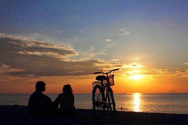 Đi dạo ngắm hoàng hôn hay bình minh tuyệt đẹp là điều mà hầu hết các cặp đôi lựa chọn khi tới Nha Trang