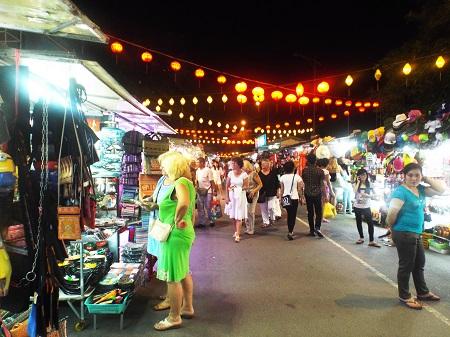 Đi chợ đêm là điều bạn nên thử khi đến Nha Trang