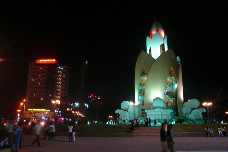 Tháp trầm hương nằm trên bờ biển Nha Trang.