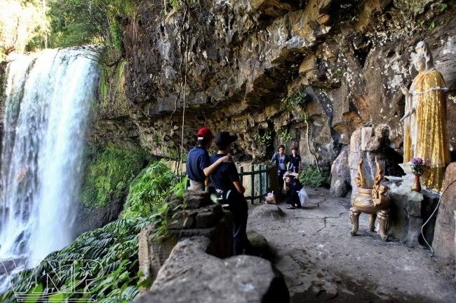 Tượng Phật Quan Âm bên thác Dambri.