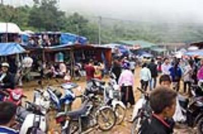 Đi chợ Lào ở cửa khẩu Lóng Sập