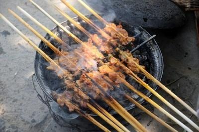 Thưởng thức thịt nướng bánh tráng Hội An
