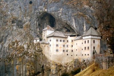 Vẻ đẹp cổ kính của lâu đài cổ Pedjama ở Slovenia
