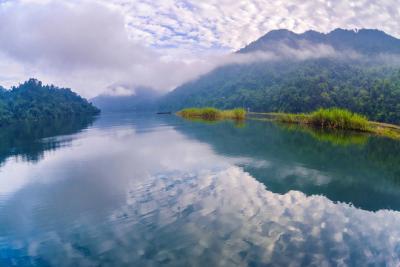 Hồ Ba Bể, viên ngọc xanh giữa núi rừng đông bắc