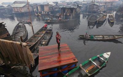 Khu ổ chuột lớn nhất hành tinh lềnh bềnh trên mặt nước