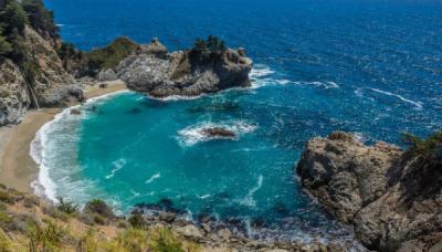 Những bãi biển nằm dưới vách núi cheo leo
