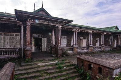 Những ngôi nhà hoang bí ẩn trên đỉnh Mẫu Sơn
