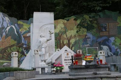 Di tích mộ anh hùng liệt sỹ Kim Đồng