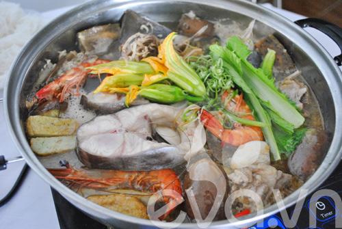 Lẩu mắm ở Sài Gòn thường có rau muống, kèo nèo, bông súng, đậu bắp, bạc hà, bắp chuối, rau nhút.